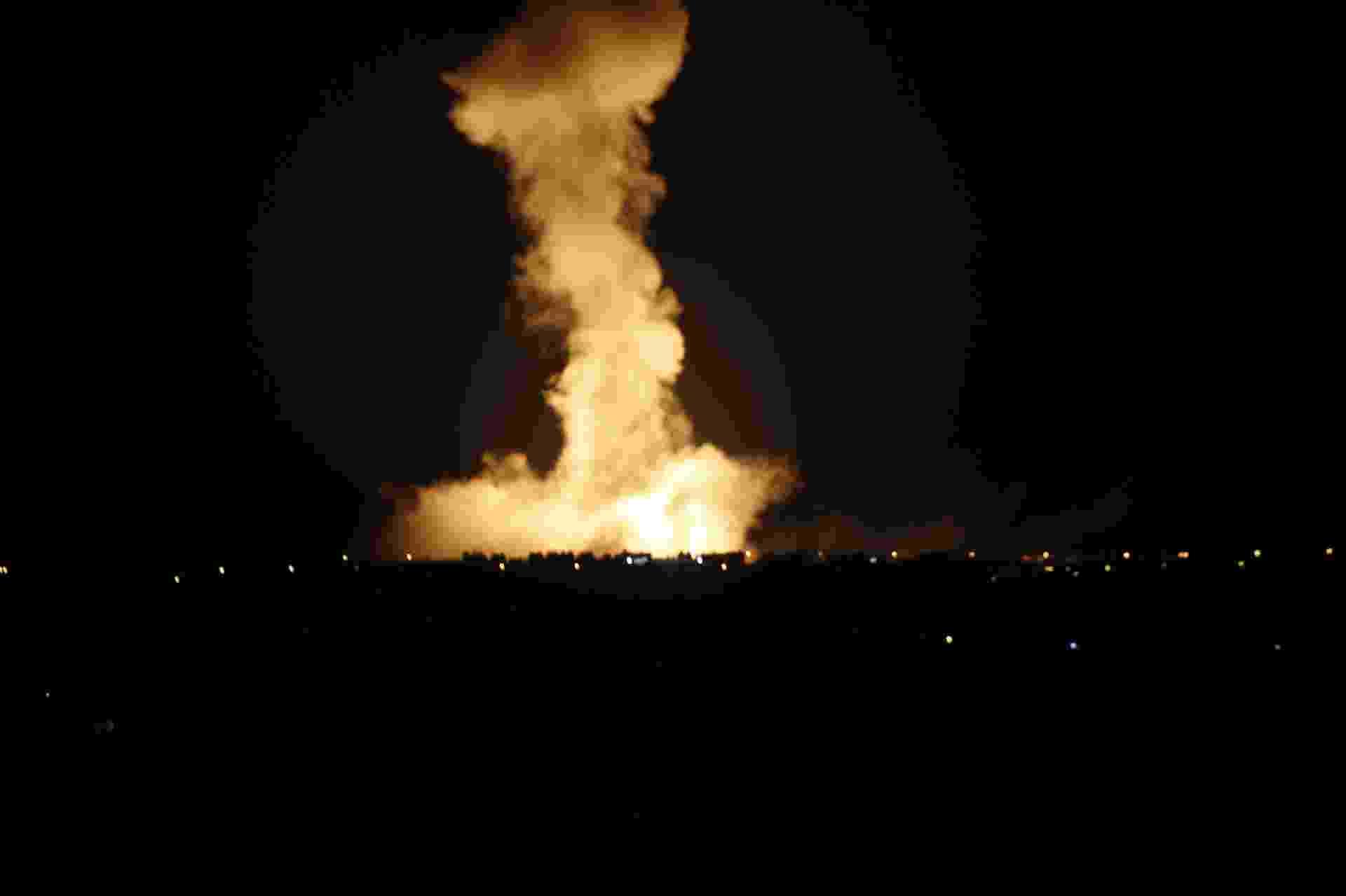 9.ago.2014 - Cidade de Rafah, no sul da faixa de Gaza, é atacada por bombardeio israelense. O Exército de Israel matou ao menos cinco palestinos nesta sexta-feira (8), e militantes dispararam dezenas de foguetes contra o Estado judeu após tentativas de estender uma trégua de três dias falharem - Said Khatib/AFP