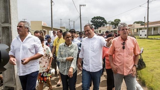 9.ago.2014 - Eduardo Campos e Marina Silva visitam conjunto habitacional Cidade Madura, em João Pessoa (PB)