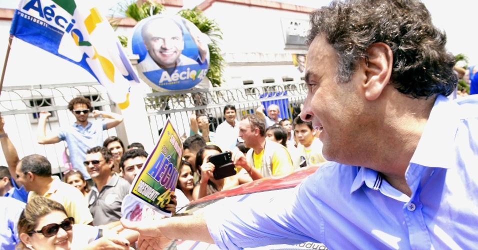 9.ago.2014 - O candidato à Presidência da República pelo PSDB, Aécio Neves, participou de uma caminhada em Manaus (AM), neste sábado. Mais cedo, Aécio esteve em um um encontro com prefeitos do Estado