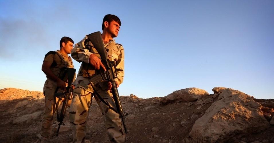 9.ago.2014 - Soldados do Curdistão observam frente de batalha em Makhmur, 280 km ao norte de Bagdá, durante confronto com militantes do Estado Islâmico. Makhmur é uma das áreas que foi atacada por militantes jihadistas recentemente