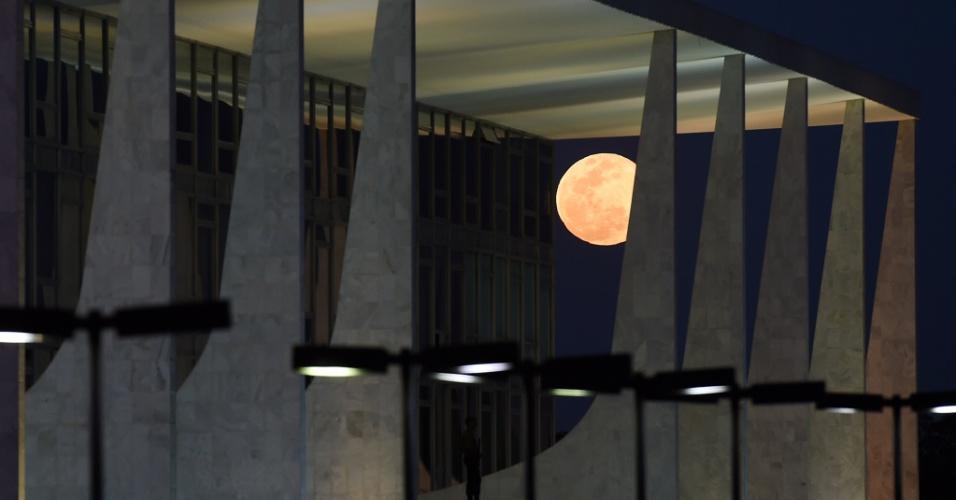 10.ago.2014 - A Lua cheia, mais conhecida como superlua, se destaca entre as colunas do Palácio do Planalto, em Brasília. O fenômeno ocorre quando a Lua cheia coincide com o momento em que ela está mais próxima da Terra. Esta é a maior superlua do ano