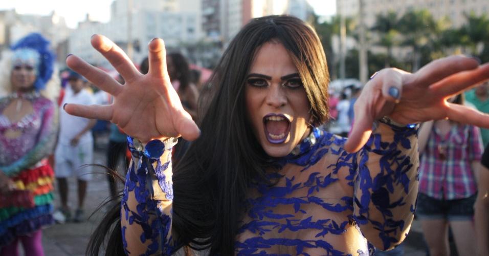 10.ago.2014 - Drag Queen marca presença na 17ª Parada do Orgulho LGBT (Lésbicas, Gays, Bissexuais, Travestis e Transexuais) realizada no centro de Belo Horizonte, em Minas Gerais