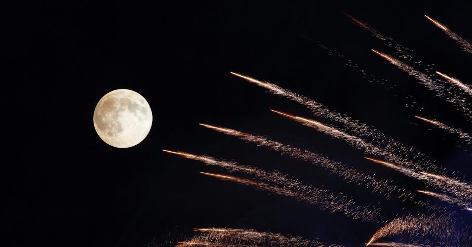 10.ago.2014 - Fogos de artifício em festa religiosa em Malta iluminam o céu na noite do fenômeno da superlua