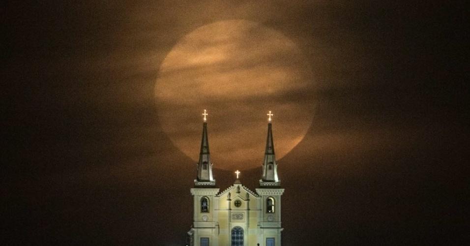 10.ago.2014 - Lua cheia é vista atrás da igreja Nossa Senhora da Penha, no Rio de Janeiro, na madrugada deste domingo (10)