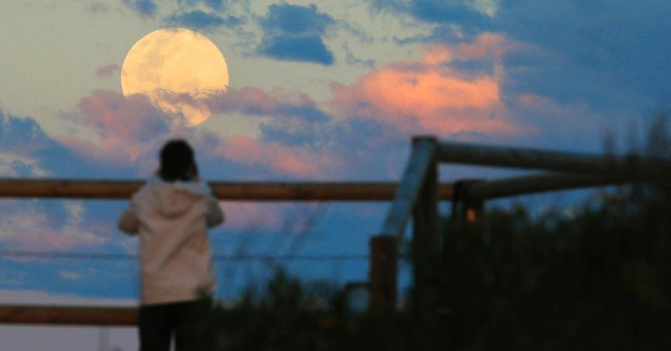 10.ago.2014 - Morador de Sydney, na Austrália, fotografa o fenômeno da superlua, neste domingo