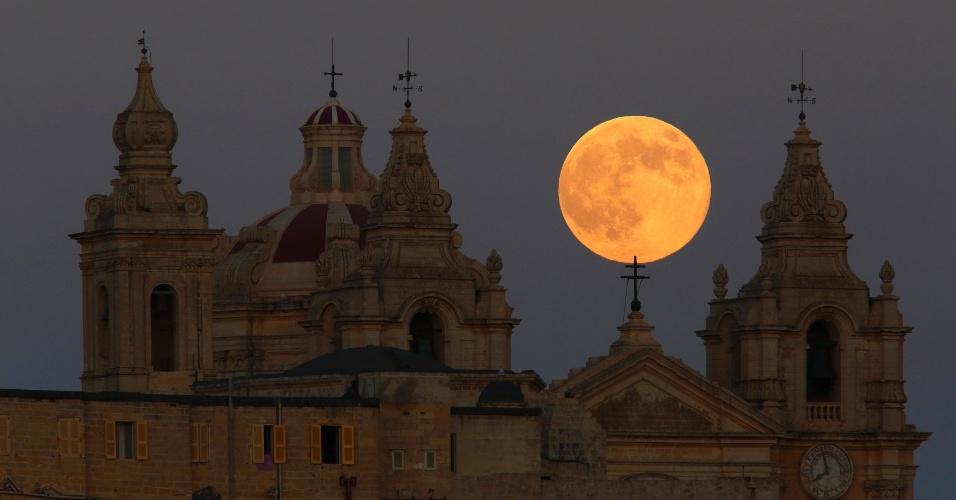 10.ago.2014 - Superlua é vista atrás da catedral de Mdina, antiga capital de Malta, no centro da ilha. O evento astronômico ocorre quando a lua está mais próxima da Terra em sua órbita, fazendo com que pareça muito maior e mais brilhante do que habitual.