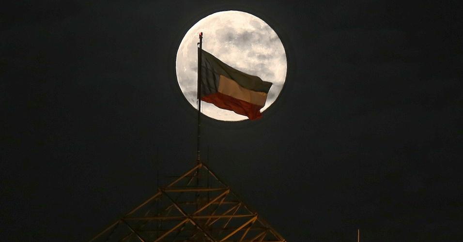 10.ago.2014 - Superlua é vista no céu do Kuait. O fenômeno ocorre quando a Lua atinge o ponto mais próximo da Terra.