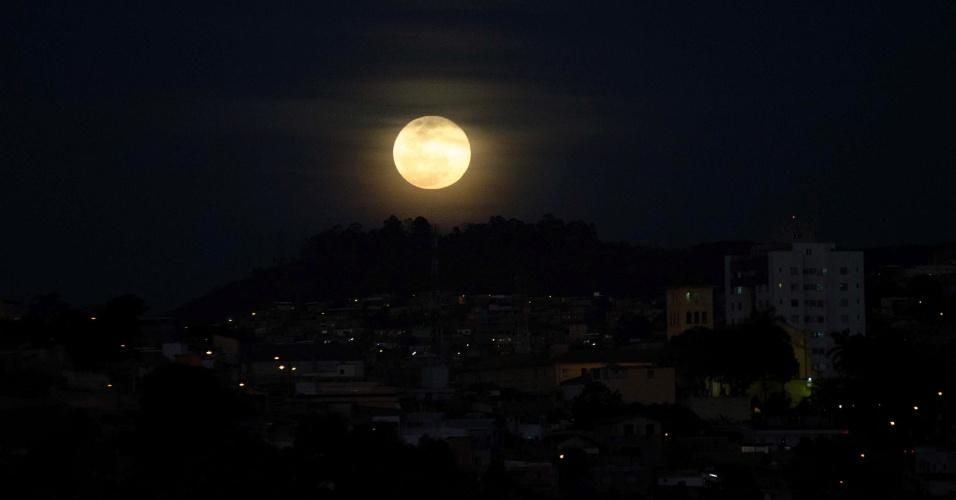 10.ago.2014 - Superlua ilumina bairro de Belo Horizonte, Minas Gerais. O fenômeno ocorre quando a Lua cheia coincide com o momento em que ela está mais próxima da Terra. Esta é a maior superlua do ano