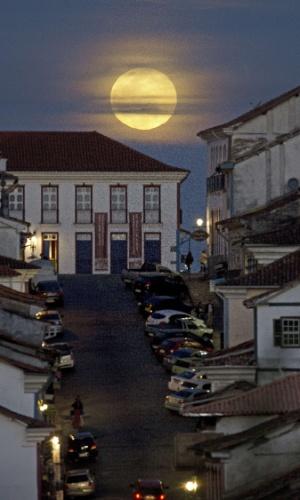 10.ago.2014 - Superlua ilumina cartão-postal de Ouro Preto, em Minas Gerais. O fenômeno ocorre quando a Lua cheia coincide com o momento em que ela está mais próxima da Terra. Esta é a maior superlua do ano