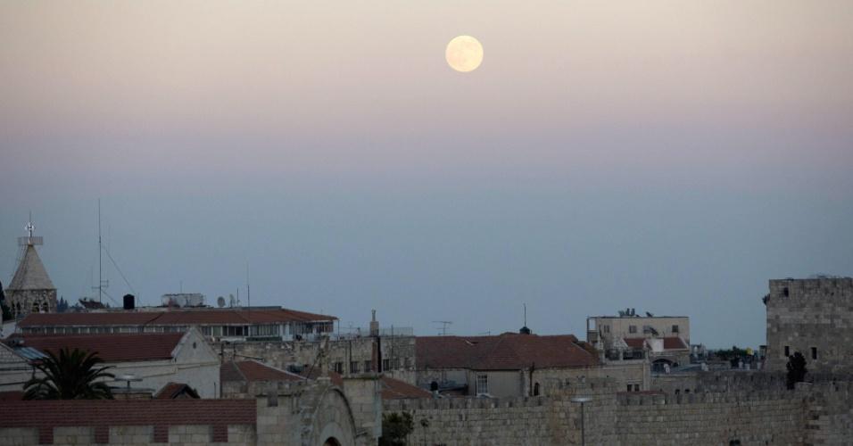 10.ago.2014 - Superlua no céu de Jerusalém. O fênomeno da superlua acontece quando o satélite se aproxima da órbita da Terra, fazendo com que pareça maior e mais brilhante do que o normal