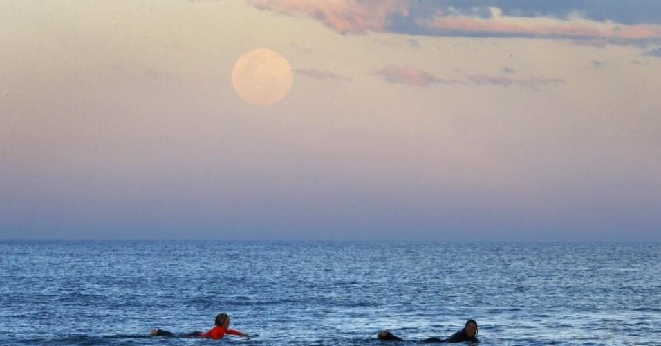 10.ago.2014 - Superlua no céu de Sydney, na Austrália. O fênomeno acontece quando a Lua se aproxima da órbita da Terra, fazendo com que ela pareça maior e mais brilhante do que o normal