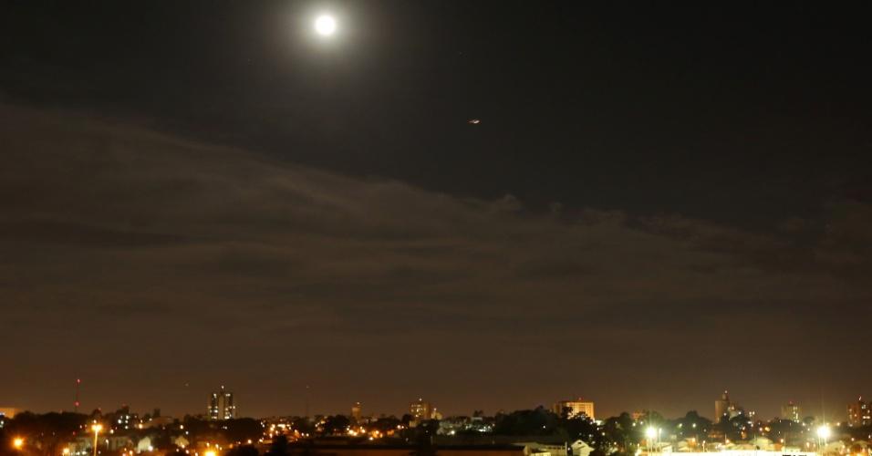 10.ago.2014 - Vista da superlua de Curitiba, no Paraná. O fenômeno ocorre quando a Lua cheia coincide com o momento em que ela está mais próxima da Terra. Esta é a maior superlua do ano