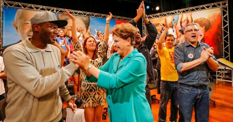 11.ago.2014 - A presidente Dilma Rousseff cumprimenta o rapper Rappin Hood em encontro com a juventude do PT e do PC do B em São Paulo. Dilma estava acompanhada de Alexandre Padilha, candidato petista ao governo de São Paulo