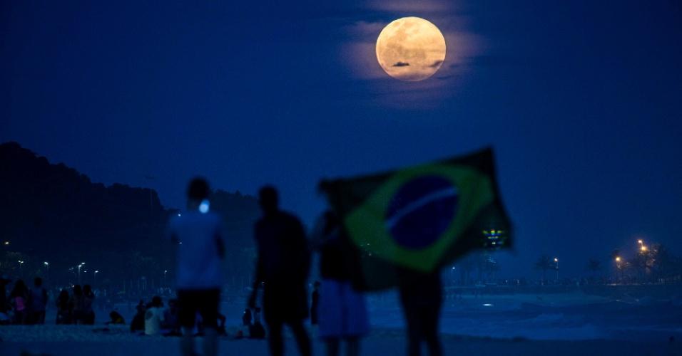 10.ago.2014 - Lua cheia apelidada de Superlua ergue-se diante da praia de Ipanema, zona sul do Rio de Janeiro, A Superlua ocorre quando uma lua cheia coincide com a maior aproximação da Lua da Terra em sua órbita elíptica