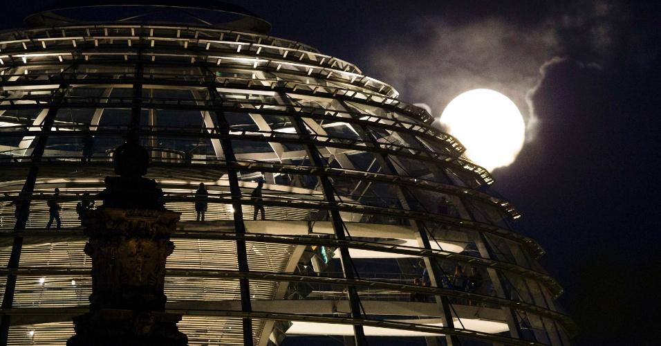 11.ago.2014 - A superlua pode ser vista atrás do Reichstag, o Parlamento da Alemanha, nesta segunda-feira (11), em Berlim. Esta é a superlua mais brilhante do ano, segundo astronômos da Nasa (agência espacial americana)