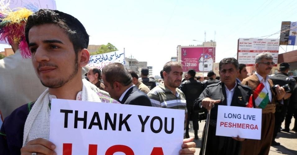 11.ago.2014 - Iraquianos curdos fazem passeata de agradecimento em frente ao Consulado Geral dos EUA em Arbil, no Iraque, por atacarem os jihadistas no norte do país.  A Liga Árabe condenou nesta segunda-feira (11) ?os crimes contra a humanidade? perpetrada pela organização Estado Islâmico contra os cristãos e yazidis, e pediu que os culpados sejam julgados perante a justiça internacional.