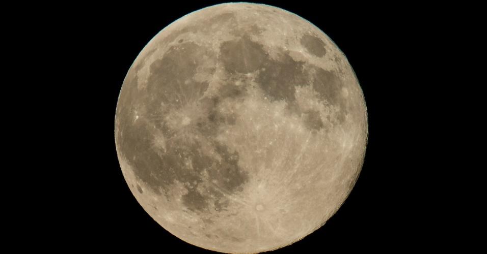 11.ago.2014 - Lua é fotografada de Washington, nos EUA. Neste domingo (10), pode ser vista a maior superlua do ano. O fenômeno ocorre quando a Lua cheia coincide com o momento em que ela está mais próxima da Terra. Esta é a maior superlua do ano