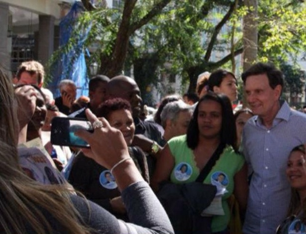 11.ago.2014 - O candidato do PRB ao governo do Estado do Rio de Janeiro, Marcelo Crivella, conversa com eleitores durante visita a Petrópolis, na região serrana do Rio de Janeiro nesta segunda-feira (11)