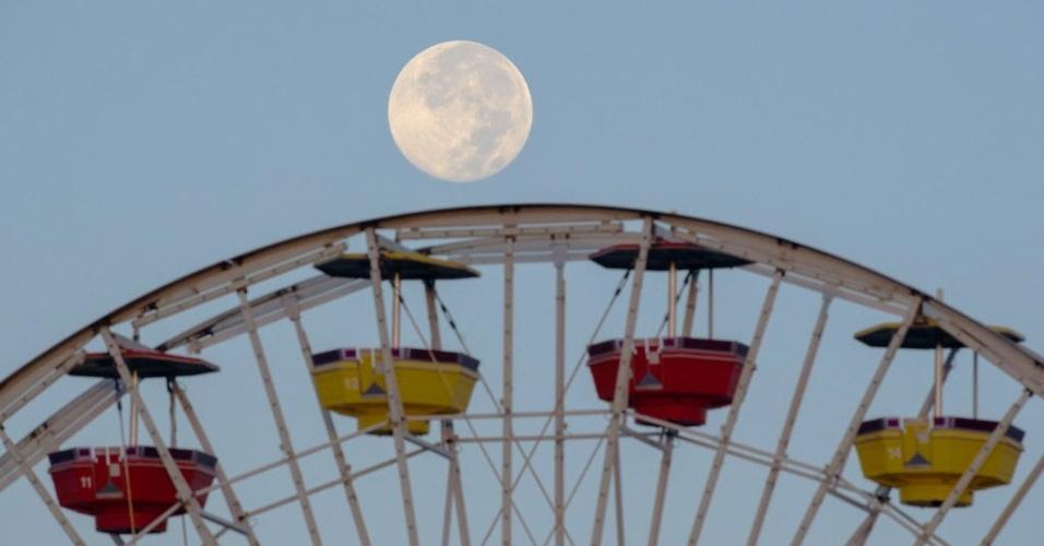 11.ago.2014 - Superlua pode ser vista no céu sobre a roda gigante no pier de Santa Monica, na Califórnia, nesta segunda-feira (11). Trata-se da maior superlua do ano, aproximadamente 14% mais próxima e 30% mais brilhante do que as luas cheias deste ano, segundo a Nasa (agência espacial americana)