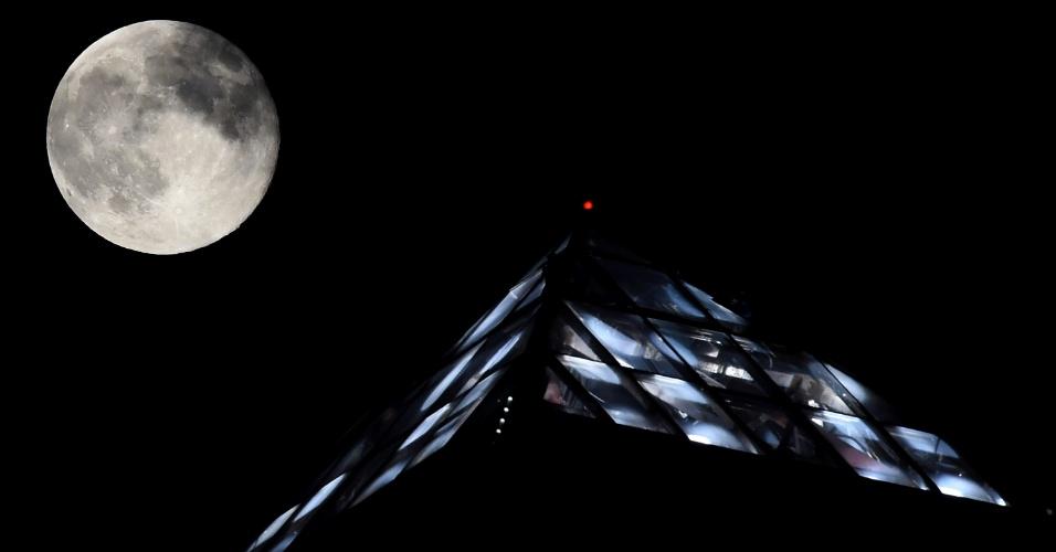 11.ago.2014 - Superlua sobe ado topo do hotel Luxor, em Las Vegas (EUA). Na segunda Superlua de 2014, a lua parece 30% mais brilhante e 14% maior do que o normal