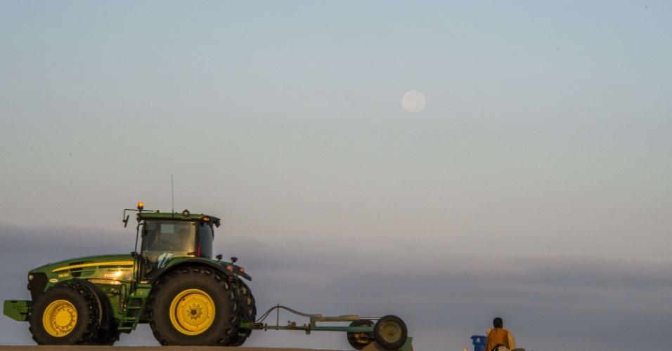 11.ago.2014 - Um trator se desloca pela areia, enquanto a superlua surge no céu nesta segunda-feira (11) sobre o Oceano Pacífico, na cidade californiana de Santa Monica, nos Estados Unidos