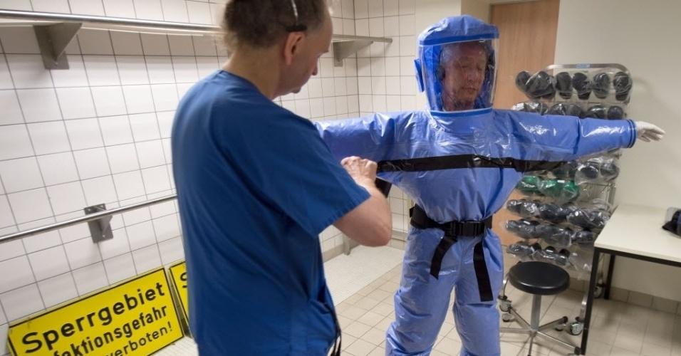 7ad59ecc115b2 11.ago.2014 -Médicos especializados em doenças infecciosas testam roupas de  proteção no