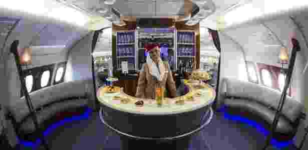 Comissária de bordo no bar na classe executiva do Airbus A380 da Emirates - Johannes Eisele/AFP