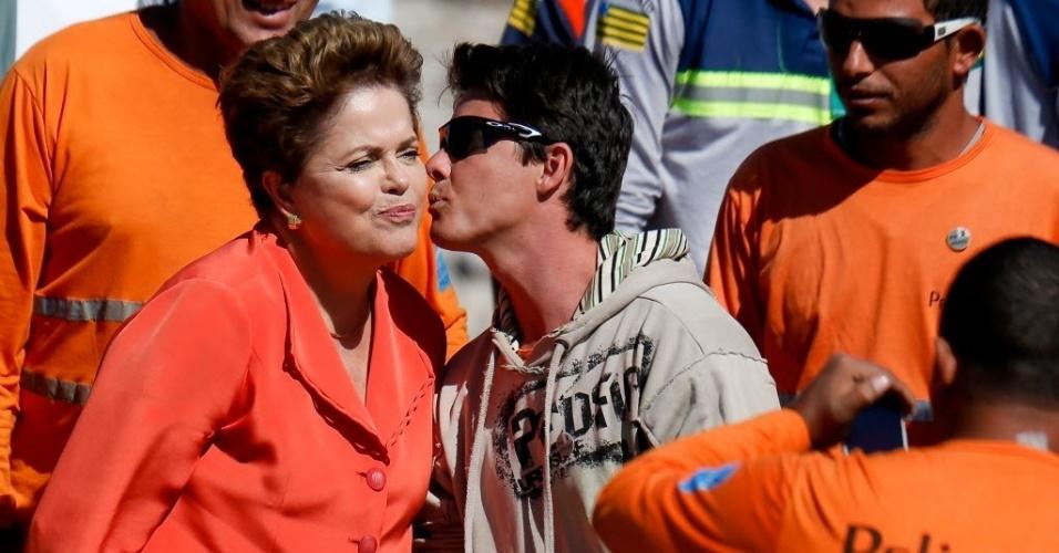 12.ago.2014 - A presidente Dilma Rousseff (PT), e candidata a reeleição, ganhou um beijo de funcionário durante vistoria na ferrovia Norte-Sul, em Anápolis (GO), nesta terça-feira (12). A agenda presidencial foi aproveitada para fazer imagens para vídeos da campanha. A presidente fez um percurso de cerca de 4km em um comboio com uma locomotiva e seis vagões carregados