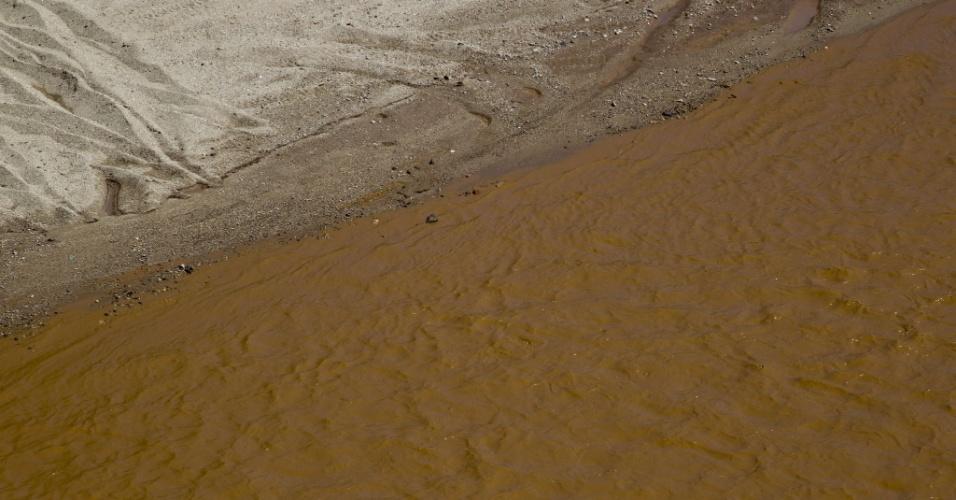 12.ago.2014 - As águas e as margens do rio Sonora aparecem manchadas com uma coloração alaranjada, nesta terça-feira (12), no México. Há cinco dias, um vazamento em uma mina de cobre despejou 40 mil metros cúbicos de ácido sulfúrico no rio, colocando em risco as comunidades vizinhas de Arizpe, Banamichi, Vabiacore, Aconchi, Cananea, Ures e Hermosillo. A mancha cobre uma área de 60 quilômetros