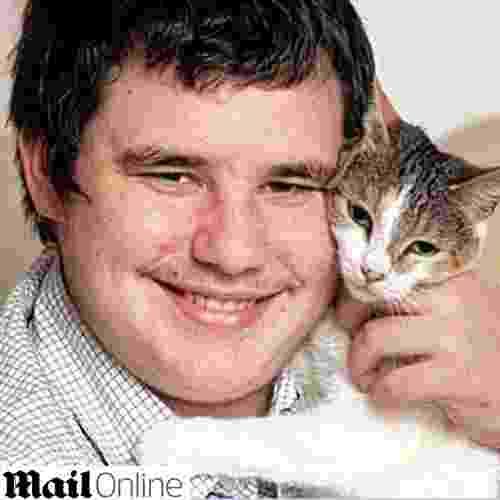 12.ago.2014 - O britânico Nathan Cooper, 19, que sofre de graves ataques epiléticos, deve sua vida à sua gata Lilly. Ela consegue sentir o momento em que terá o ataque e alerta os pais de Cooper, que conseguem socorrer o filho prontamente. Em um dos ataques, Cooper já parou de respirar, portanto o socorro imediato é imprescindível - Reprodução/Daily Mail