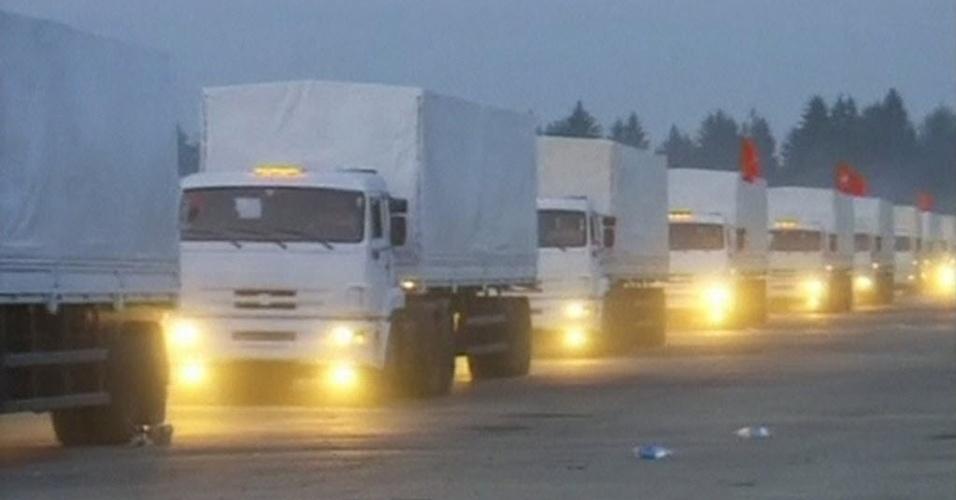 12.ago.2014 - Um comboio de ajuda humanitária da Rússia, com 280 caminhões, seguia nesta terça-feira (12) para a fronteira com a Ucrânia, um dia depois de Moscou ter anunciado o envio iminente de ajuda para a população da região leste ucraniano. Mas Kiev afirmou que irá impedir a passagem do comboio pela fronteira por acreditar que os veículos estão transportando equipamentos militares