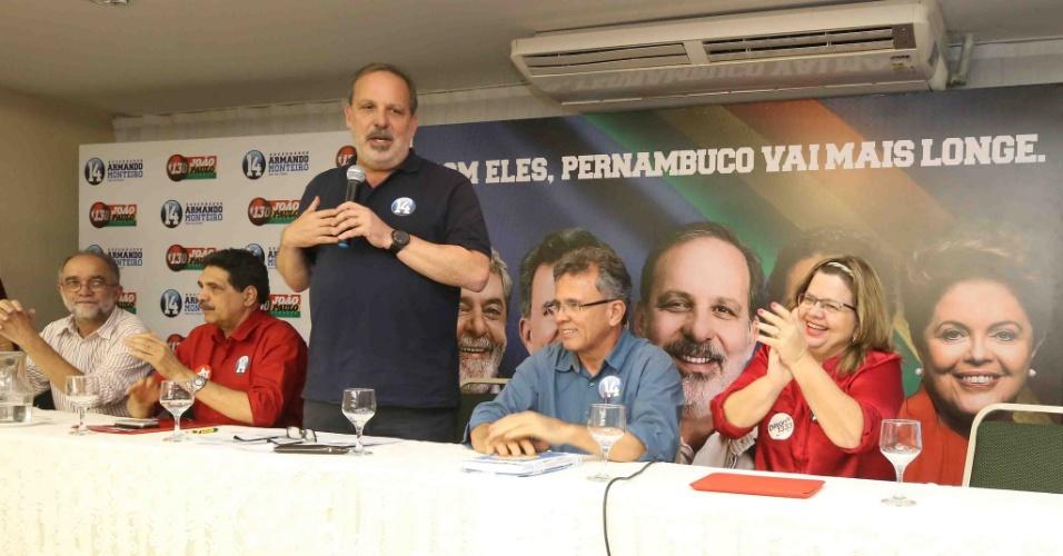 12.ago.2014 - Armando Monteiro Neto, candidato do PTB ao governo de Pernambuco, faz discurso ao lado do vice, Paulo Rubem (PDT)
