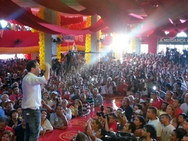 11.ago.2014 - O candidato do PMDB ao governo de Alagoas, Renan Filho, participa de ato de campanha em Maceió