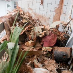 Varanda de casa próxima ao local onde o avião caiu em Santos fica coberta de escombros