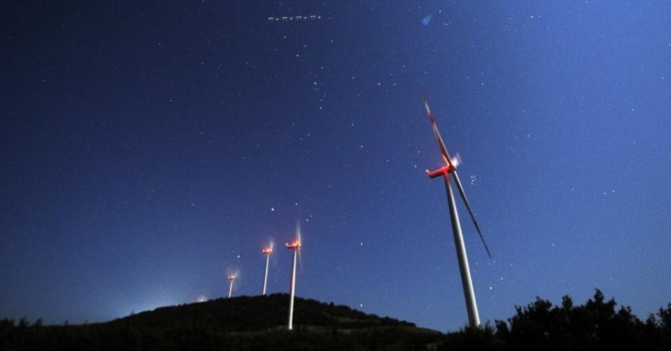 13.ago.2014 - Chuva de meteoros Perseidas e vista no céu de Skopje, na Macedônia. A chuva de meteoros atingiu a sua melhor visibilidade nesta madrugada