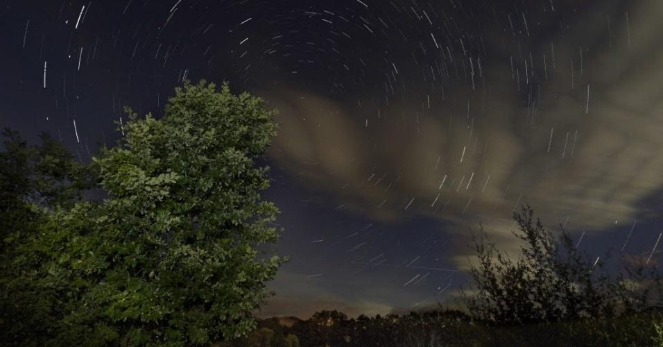 13.ago.2014 - Imagem mostra a chuva de meteoros Perseidas vista no céu das montanhas de da Sierra Norte, ao norte de Madri, Espanha