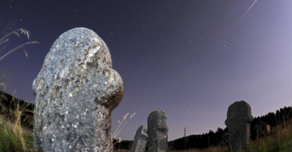 """13.ago.2014 - Meteoros ficam visíveis no céu do sítio arqueológico de Maculje, na Bósnia, durante a chuva Perseidas. Um estudo publicado em 2008 identificou a Perseidas como """"campeã das bolas de fogo"""" entre as chuvas de meteoros"""