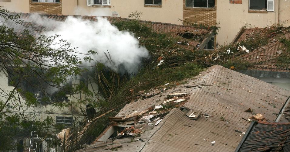 13.ago.2014 - Uma aeronave caiu, na manhã desta quarta-feira, no bairro do Boqueirão, em Santos, no litoral de São Paulo. Pelo menos quatro pessoas ficaram feridas
