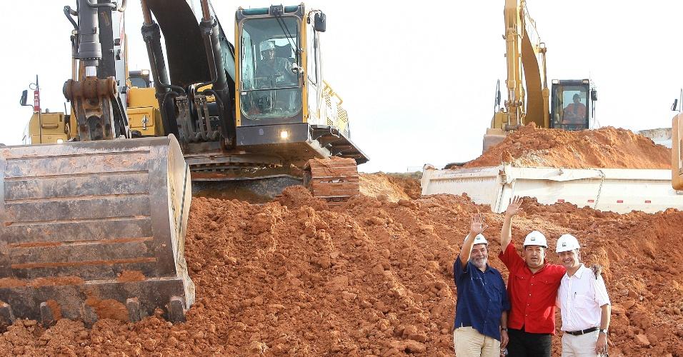 16.dez.2005 - Então governador de Pernambuco, Eduardo Campos, posa para foto ao lado do ex-presidente Luis Inácio Lula da Silva e do ex-presidente da Venezuela, Hugo Chávez, durante visita à refinaria Abreu e Lima, em Suape (PE), em dezembro de 2005