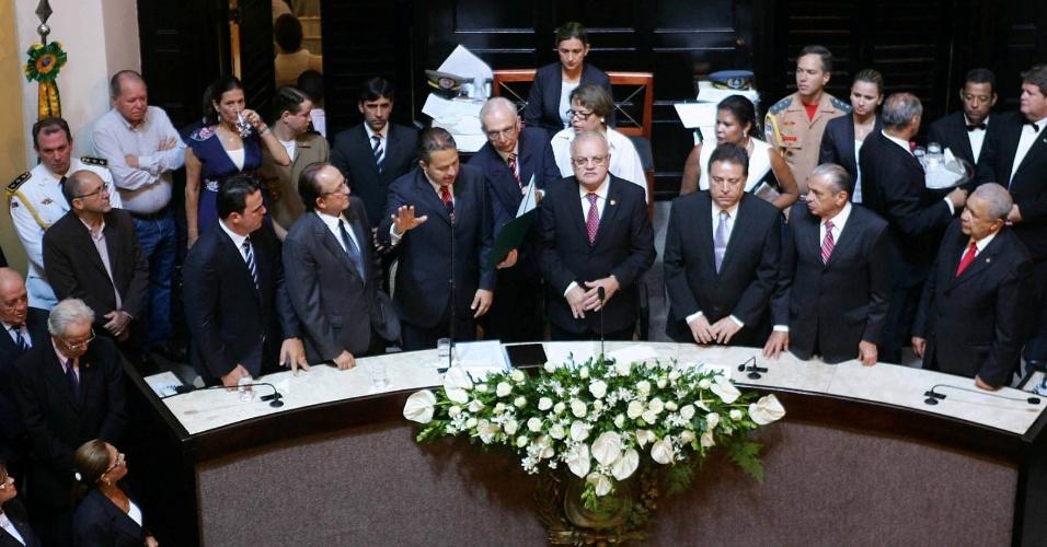 1º.jan.2011 - O governador reeleito de Pernambuco, Eduardo Campos, faz juramento durante cerimônia de posse do cargo na Assembleia Legislativa do Estado, em 1º de janeiro de 2011