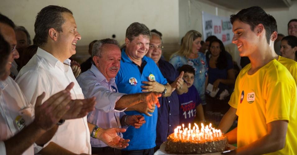 8.ago.2014 - Eduardo Campos completou 49 anos no último sábado, 8 de julho. Partidários comemoraram a data durante evento de campanha em Arapiraca, Alagoas