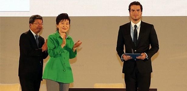 Prêmio a 'prodígio brasileiro' da matemática é destaque no mundo