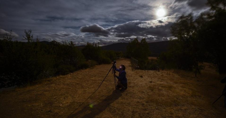 13.ago.2014 - Um fotógrafo acompanha a chuva de meteoros perseidas na madrugada desta quarta-feira (13) nas montanhas de Sierra Norte, próximo à cidade de Valle del Lozoya, na Espanha
