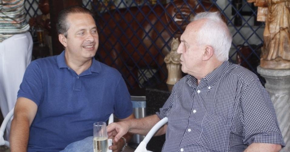 15.ago.2014 - Em foto de março de 2013, o senador Jarbas Vasconcelos (PMDB-PE) oferece o tradicional cozido em almoço em sua casa de praia com a presença do governador do Estado, Eduardo Campos, em Recife
