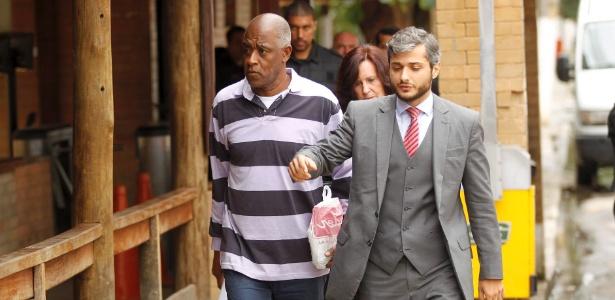 Fofana (esq) deixa prisão em agosto de 2014; francês está sendo julgado no Rio - Gabriel de Paiva/Agência O Globo