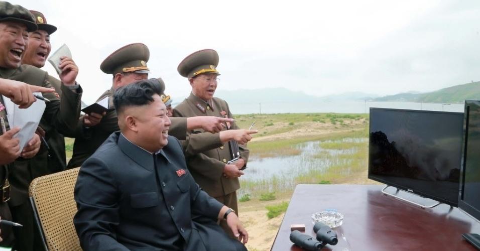 15.ago.2014 - O líder da Coreia do Norte, Kim Jong-un, orienta e assiste, acompanhado de outras autoridades do país, o teste com um foguete tático, lançado por ocasião do 69º aniversário da libertação do país