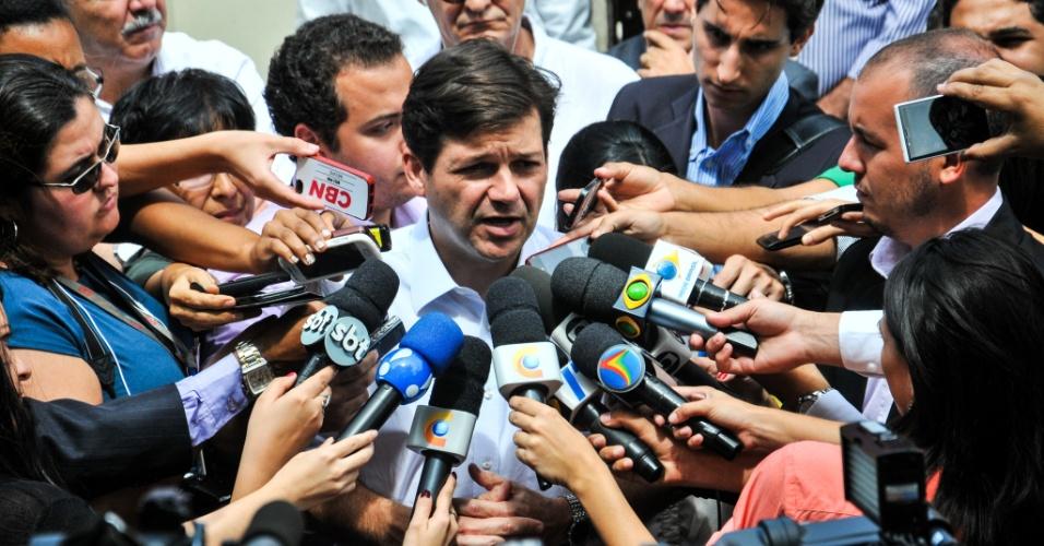15.ago.2014 - O prefeito Geraldo Júlio fala com jornalistas ao deixar a casa da família do ex-governador de Pernambuco Eduardo Campos (PSB), no Recife, nesta sexta- feira (15). Campos e outras seis pessoas morreram num acidente aéreo em Santos (SP), na quarta-feira (13)