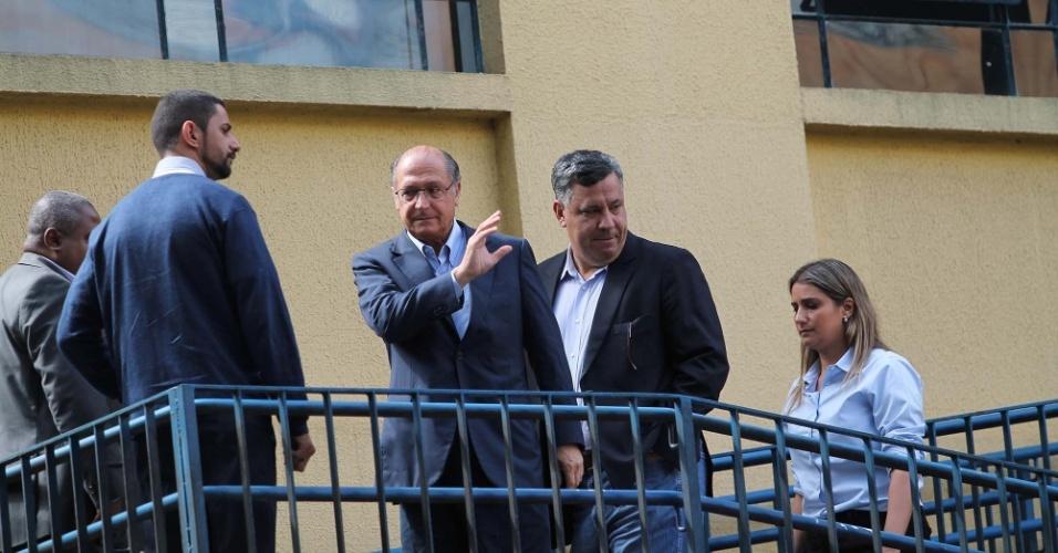 16.ago.2013 - O governador Geraldo Alckmin (PSDB) chegou ao IML (Instituto Médico Legal) no final da manhã deste sábado (16) para cuidar da liberação dos restos mortais de Eduardo Campos e das outras seis vítimas de um acidente aéreo em Santos (SP), na última quarta (13)