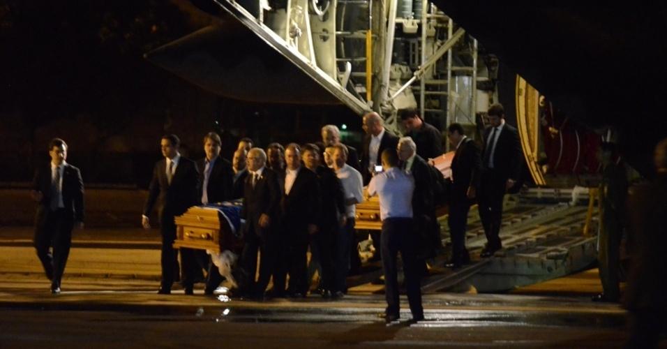 16.ago.2014 - Avião com corpo de Eduardo Campos e de mais quatro vítimas chega à base aérea do Recife. Dois deles terão o corpo velado no Palácio do Campo das Princesas, sede do governo de Pernambuco, junto com o do Eduardo Campos