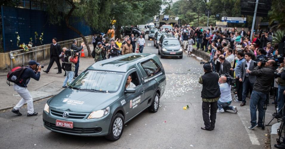 16.ago.2014 - Comboio com os corpos do presidenciável Eduardo Campos (PSB) e de mais seis pessoas, vítimas de um acidente aéreo ocorrido na última quarta-feira (13), em Santos, deixa o IML (Instituto Médico Legal) sob aplausos e gritos de guerra, em direção ao aeroporto de Guarulhos neste sábado (16)